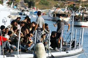 Migrants arriving on the Island of Lampedusa in August 2007. Sara Prestianni / noborder network - http://www.flickr.com/photos/noborder/2495544558/